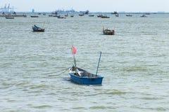 Pequeño barco de pesca azul en el mar Fotos de archivo libres de regalías