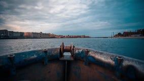 Pequeño barco de pesca de madera en el río metrajes