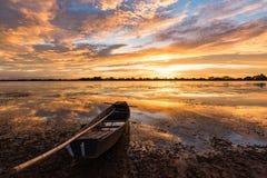 Pequeño barco de pesca en crepúsculo Fotos de archivo libres de regalías