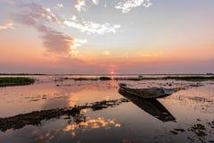Pequeño barco de pesca en crepúsculo Imagenes de archivo