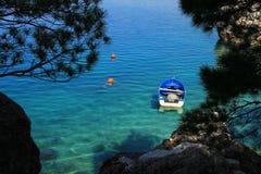 Pequeño barco de pesca en el mar adriático de la turquesa Imagen de archivo
