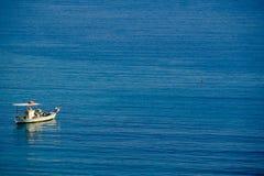 Pequeño barco de pesca en el mar griego Imagenes de archivo