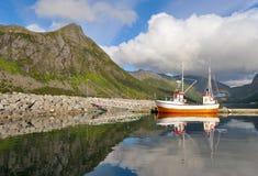 Pequeño barco de pesca en el puerto del fiordo Imágenes de archivo libres de regalías