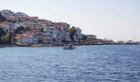 Pequeño barco de pesca en la bahía de Kinaliada Foto de archivo