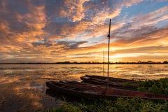 Pequeño barco de pesca en puesta del sol Fotos de archivo