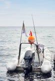 Pequeño barco de pesca inflable implicado en el muelle Imagen de archivo libre de regalías