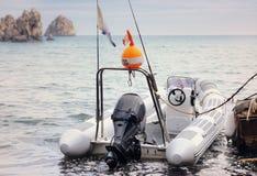Pequeño barco de pesca inflable implicado en el muelle Foto de archivo