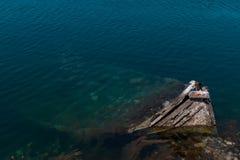 Pequeño barco de pesca mediterráneo viejo que se hunde dentro del embarcadero de Nea Artaki en Euboea - Nea Artaki, Grecia Fotos de archivo