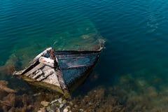 Pequeño barco de pesca mediterráneo viejo que se hunde dentro del embarcadero de Nea Artaki en Euboea - Nea Artaki, Grecia Foto de archivo libre de regalías