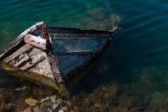 Pequeño barco de pesca mediterráneo viejo que se hunde dentro del embarcadero de Nea Artaki en Euboea - Nea Artaki, Grecia Fotos de archivo libres de regalías