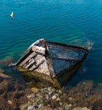 Pequeño barco de pesca mediterráneo viejo que se hunde dentro del embarcadero de Nea Artaki en Euboea - Nea Artaki, Grecia Foto de archivo
