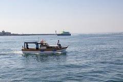 Pequeño barco de pesca que se va de Kadikoy Fotos de archivo libres de regalías