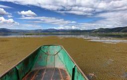 Pequeño barco de pesca viejo en humedales fotos de archivo