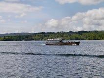 Pequeño barco de placer en el lago Windermere Foto de archivo libre de regalías