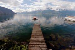 Pequeño barco de rowing amarrado en el lago Lemán en Suiza Imagen de archivo