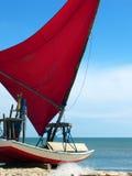 Pequeño barco de vela en la playa, el Brasil de Jangada Foto de archivo