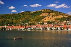 Pequeño barco del pescador en el Danubio imagenes de archivo