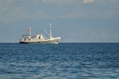 Pequeño barco rastreador Foto de archivo