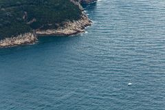 Peque?o barco tur?stico cerca de los acantilados de la isla de Lokrum imagen de archivo