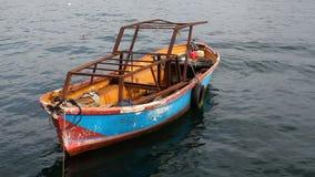 Pequeño barco viejo en el mar almacen de metraje de vídeo