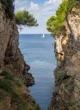 Pequeño barranco agradable en el mar adriático de las pulas imagenes de archivo