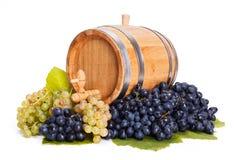 Pequeño barril en un manojo de uvas Imágenes de archivo libres de regalías