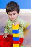 Pequeño bebé (2 años) que juega con el juguete Fotos de archivo