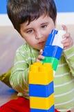 Pequeño bebé (2 años) que juega con el juguete Imagen de archivo