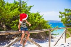 Pequeño bebé adorable en sombrero de la Navidad durante Imagen de archivo