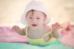 Pequeño bebé alegre con el síndrome de los plumones que juega en la piscina Fotografía de archivo libre de regalías