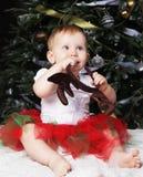 Pequeño bebé con el árbol de navidad de adornamiento cercano de la caja de regalo Tiempo feliz Fotos de archivo libres de regalías