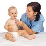 Pequeño bebé con el doctor foto de archivo