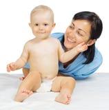 Pequeño bebé con el doctor aislado imagen de archivo