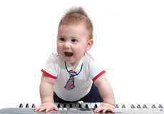 Pequeño bebé con el piano eléctrico Fotografía de archivo libre de regalías