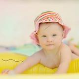 pequeño bebé con el síndrome de los plumones que juega en la piscina Fotos de archivo libres de regalías