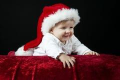 Pequeño bebé con el sombrero de la Navidad Imágenes de archivo libres de regalías