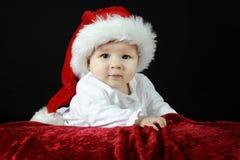 Pequeño bebé con el sombrero de la Navidad Foto de archivo