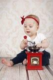 Pequeño bebé con la amoladora de café Imagenes de archivo