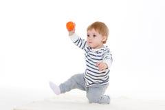 Pequeño bebé con la bola Fotos de archivo libres de regalías