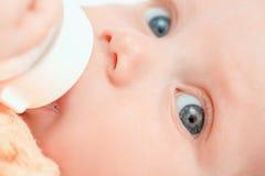 Pequeño bebé con la botella Foto de archivo libre de regalías