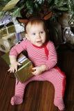 Pequeño bebé con la caja de regalo Fotos de archivo libres de regalías
