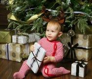 Pequeño bebé con la Navidad de adornamiento cercana tr de la caja de regalo Imagenes de archivo