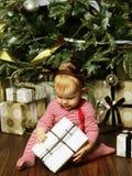 Pequeño bebé con la Navidad de adornamiento cercana tr de la caja de regalo Imagen de archivo libre de regalías