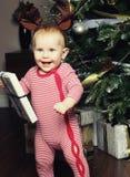 Pequeño bebé con la Navidad de adornamiento cercana tr de la caja de regalo Fotos de archivo libres de regalías
