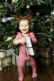 Pequeño bebé con la Navidad de adornamiento cercana tr de la caja de regalo Imagen de archivo