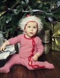 Pequeño bebé con la Navidad de adornamiento cercana tr de la caja de regalo Fotografía de archivo