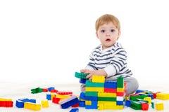 Pequeño bebé con los juguetes educativos Fotos de archivo libres de regalías