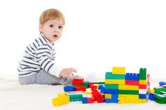 Pequeño bebé con los juguetes educativos Fotografía de archivo
