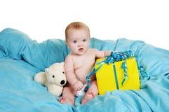Pequeño bebé con un regalo Imagenes de archivo