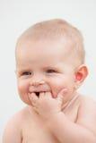 Pequeño bebé de seis meses con los ojos azules y el pelo rubio Imagen de archivo libre de regalías